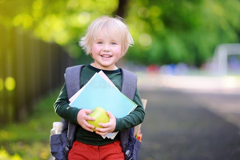 Gullig liten skolpojke utomhus på solig höstdag tillbaka begreppsskola till fotografering för bildbyråer