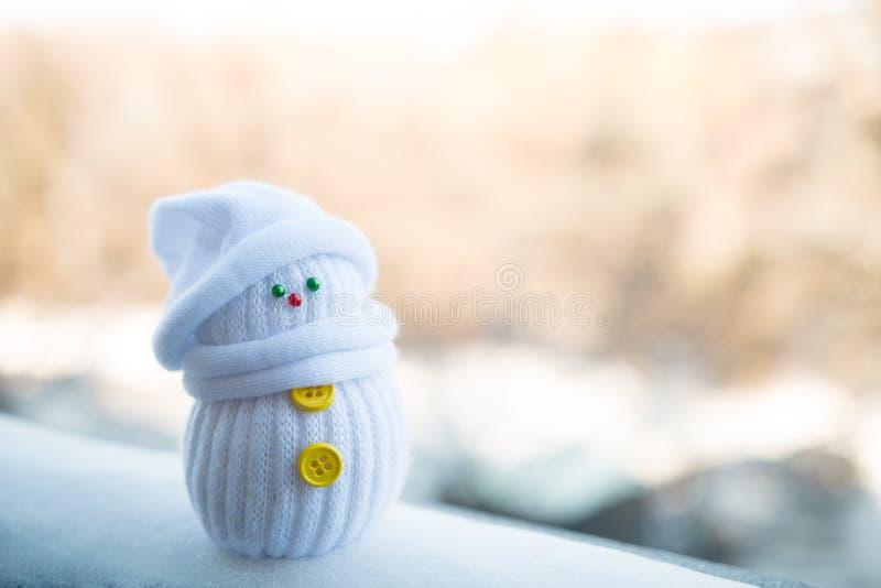Gullig liten snögubbe på en oskarp bakgrund royaltyfria bilder