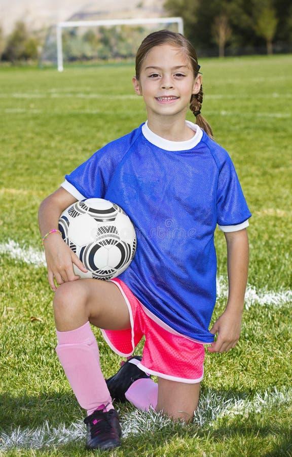 Gullig liten stående för fotbollspelare arkivbild
