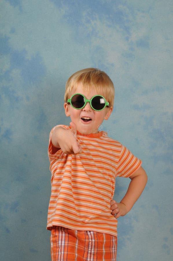 gullig liten stående för pojke fotografering för bildbyråer