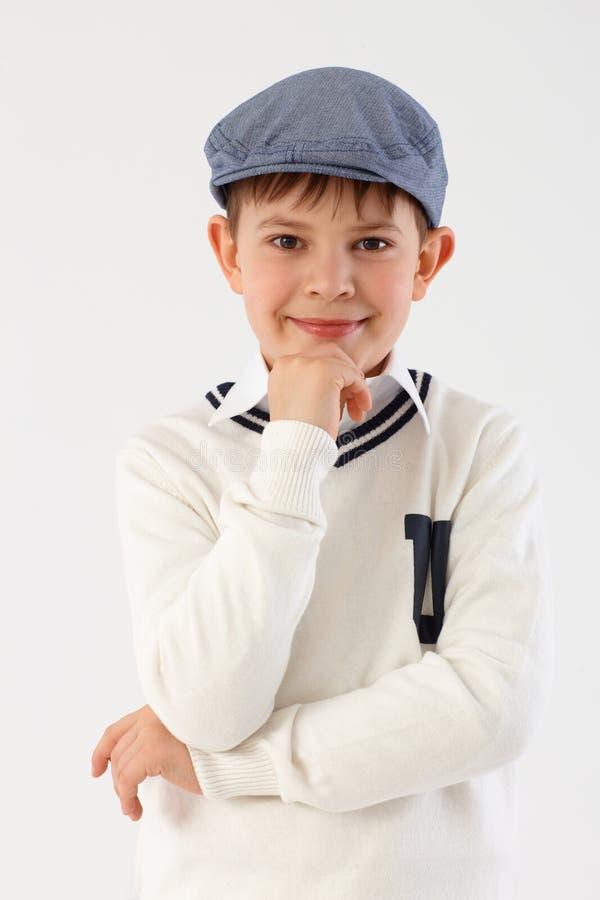 gullig liten stående för pojke arkivfoto