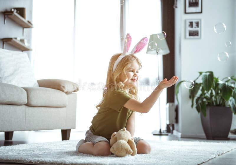 Gullig liten unge som spelar med hemmastadda bubblor royaltyfria bilder