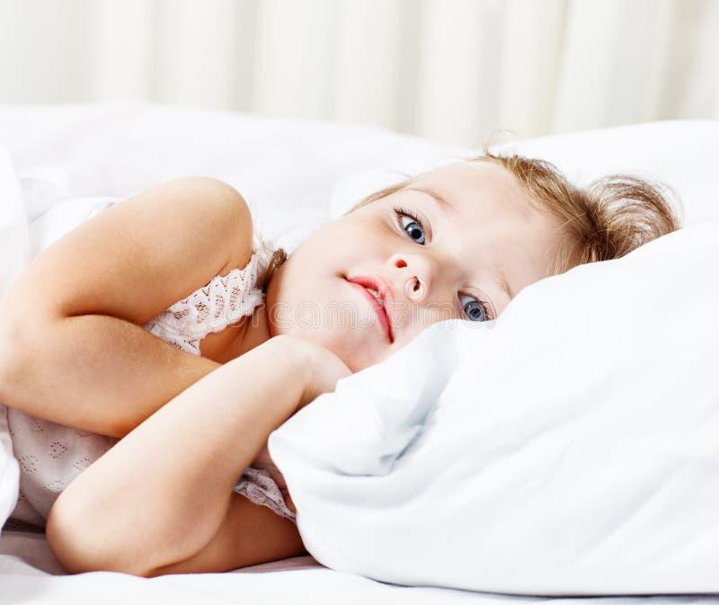Gullig litet barnflicka royaltyfri fotografi