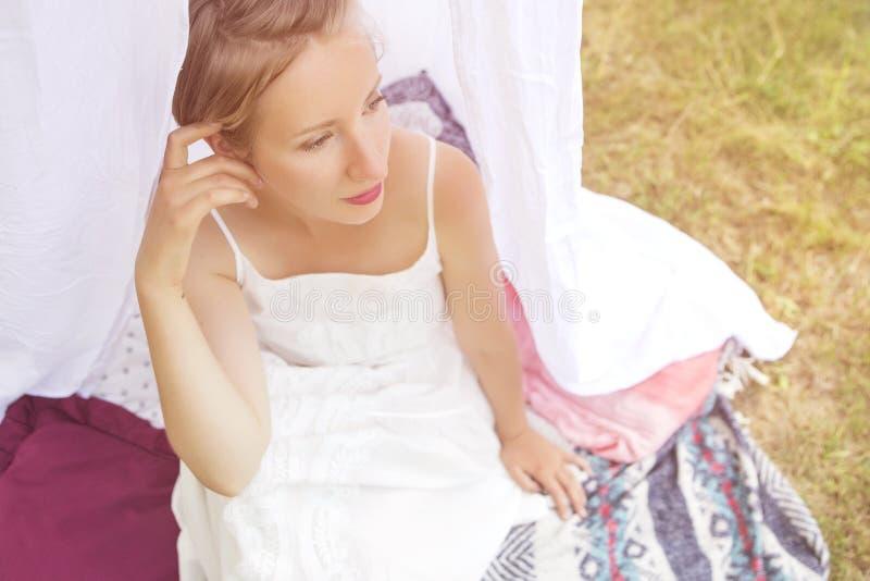 Gullig lycklig caucasian kvinna med kort frisyr i den vita klänningen in arkivfoto