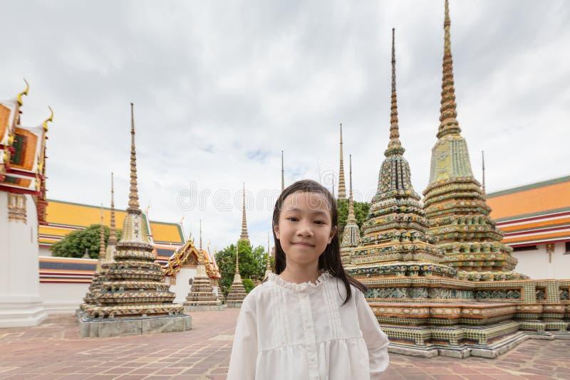 Gullig lycklig le turist- flicka på Wat Phra Chetuphon eller Wat Pho royaltyfri bild