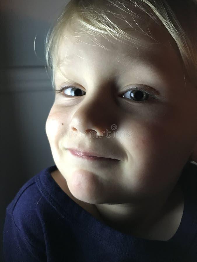 Gullig lycklig pojke royaltyfria bilder