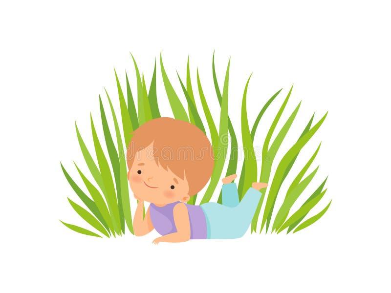 Gullig lycklig pojke som ligger på den gröna ängen, förtjusande tecknad filmtecken för liten unge som spelar utanför vektorillust stock illustrationer