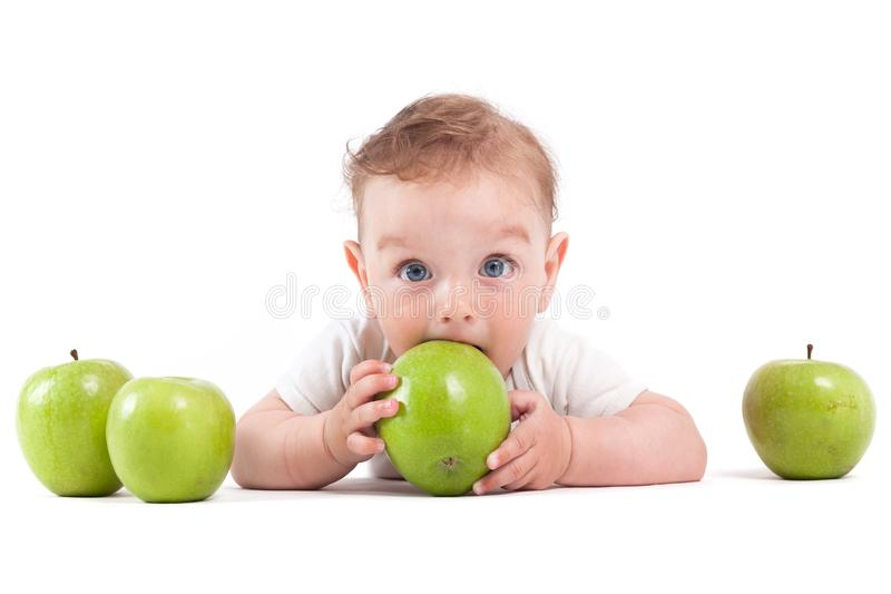 Gullig lycklig pys i det vita äpplet för skjortahållgräsplan royaltyfri fotografi