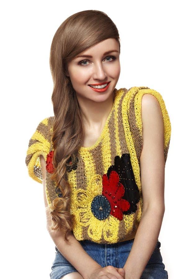 Gullig lycklig ung kvinna med den långa frisyren Tonårstil royaltyfri bild