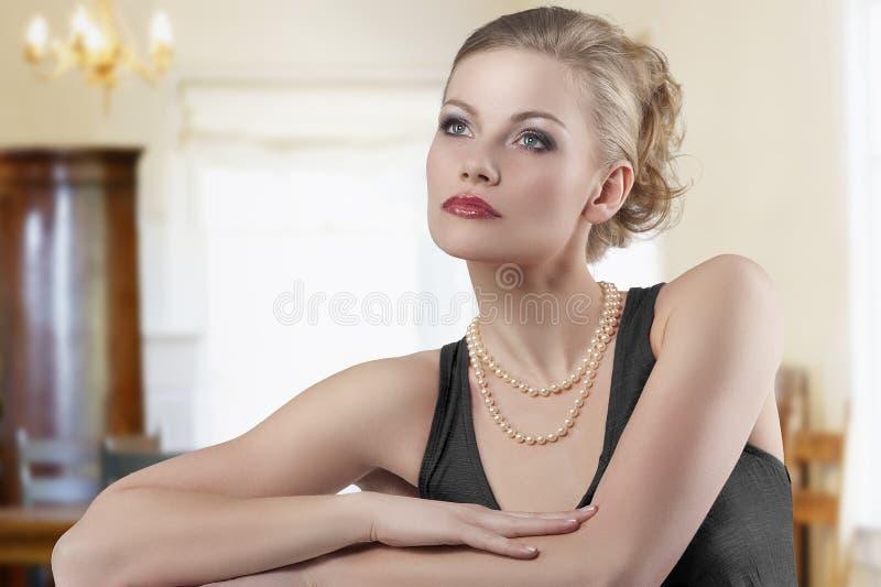 gullig modekvinna arkivbild