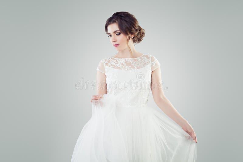 Gullig modemodell för ung kvinna med makeup royaltyfri foto