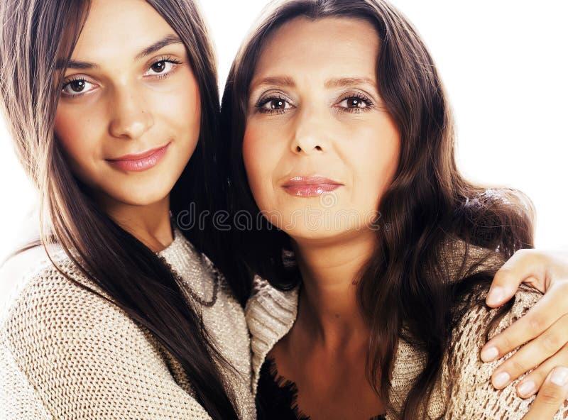 Gullig nätt tonårig dotter med den mogna modern som kramar, modest fotografering för bildbyråer