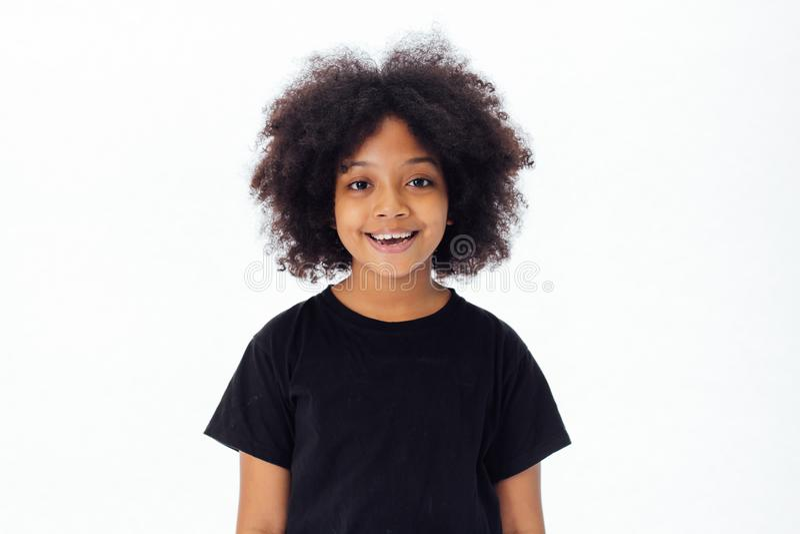 Gullig och lycklig afrikansk amerikanunge som ler och skrattar royaltyfria bilder