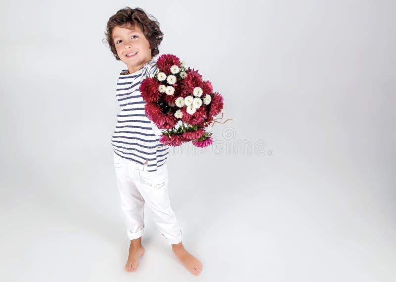Gullig och rolig liten boyinbandskjorta med blommor över vit royaltyfri foto
