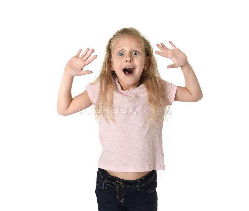 Gullig och söt liten flicka i misstro- och överraskningframsidaexpres royaltyfri fotografi