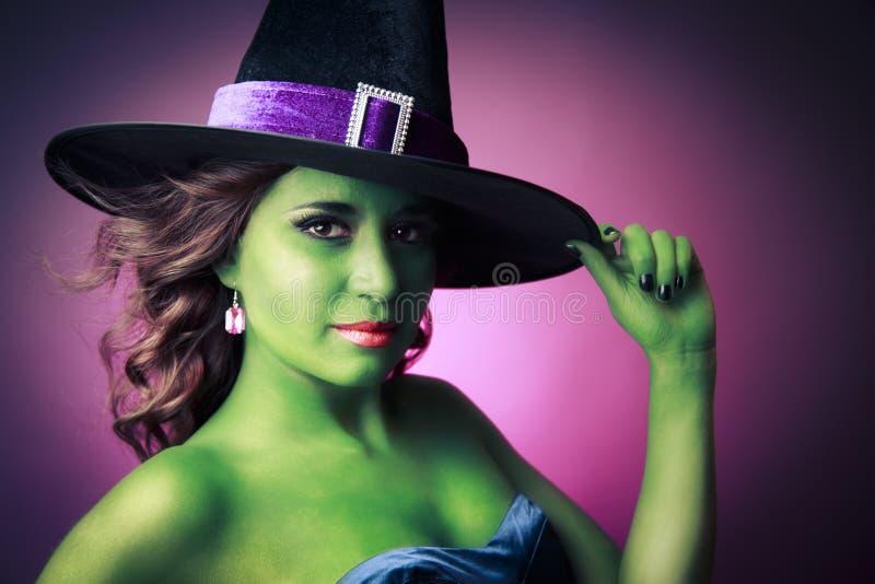 Gullig och sexig Halloween häxa arkivfoton