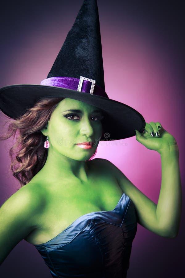Gullig och sexig Halloween häxa arkivbilder