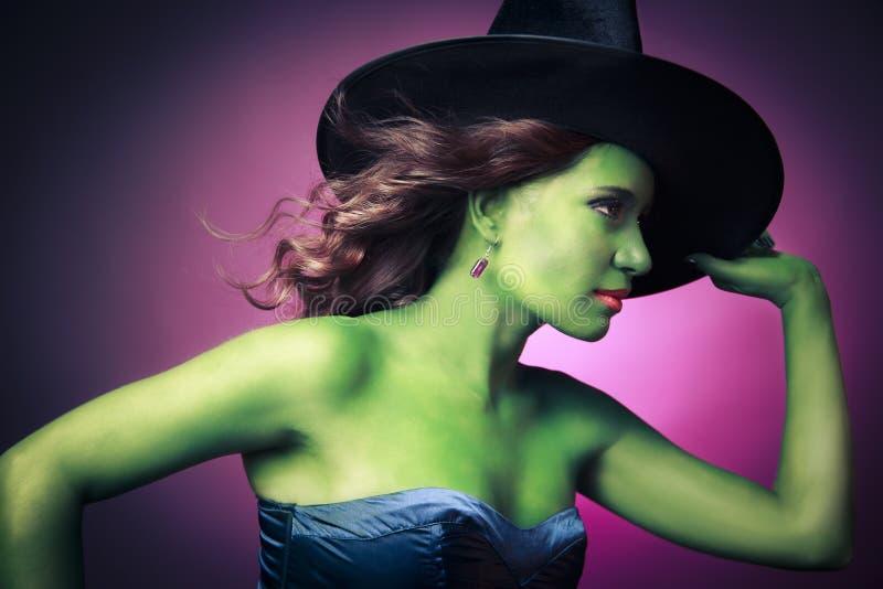 Gullig och sexig Halloween häxa arkivfoto