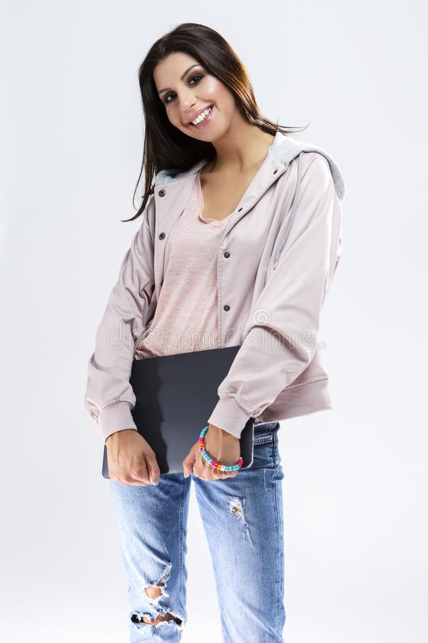 Gullig och sinnlig Caucasian brunettflicka som poserar med bärbara datorn arkivbild