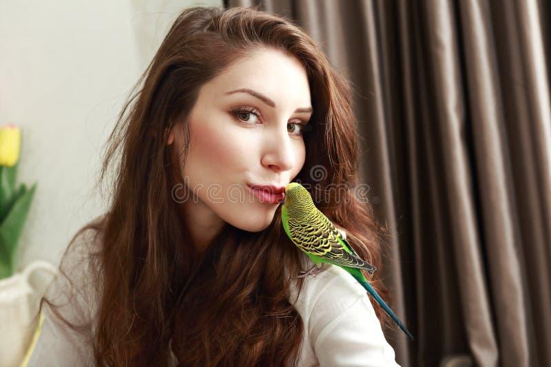 Gullig papegoja som ger en kyss fotografering för bildbyråer