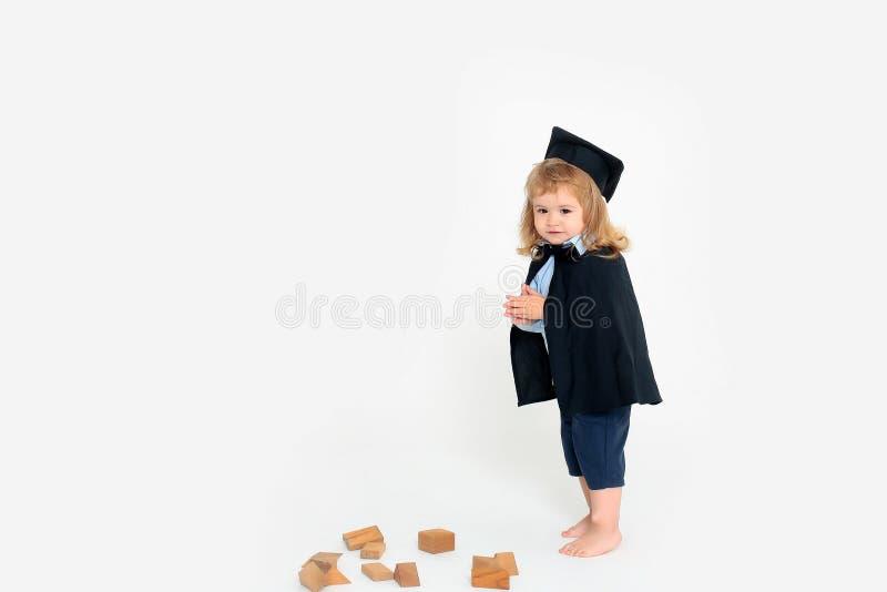 Gullig pojke i akademiskt ansvar royaltyfria foton