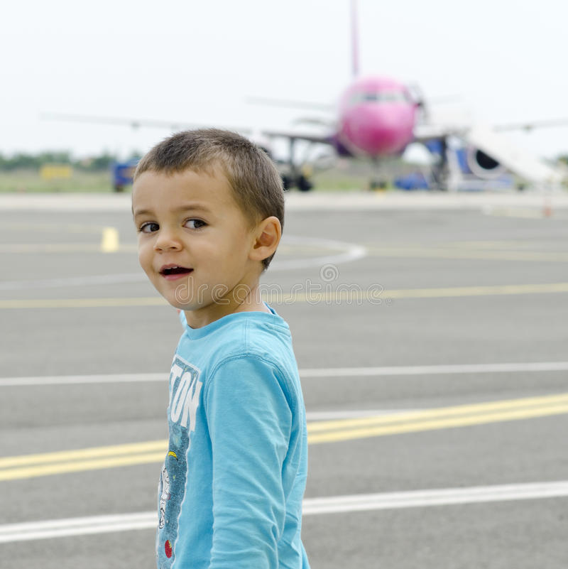 Gullig pojke i flygplats royaltyfri bild