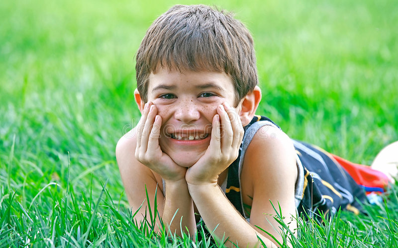 gullig pojke little som ler arkivbilder