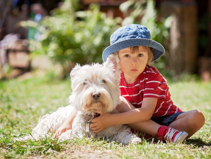 Gullig pojke med hans hundvän royaltyfri bild