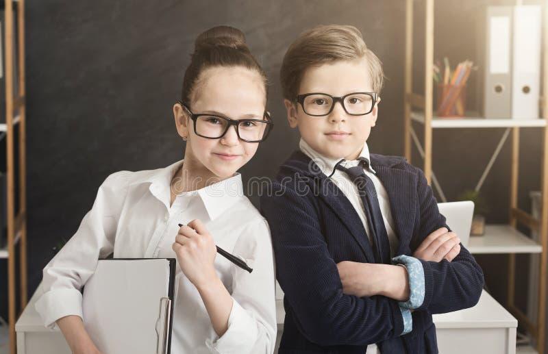 Gullig pojke och flicka som tillsammans arbetar som laget royaltyfri bild