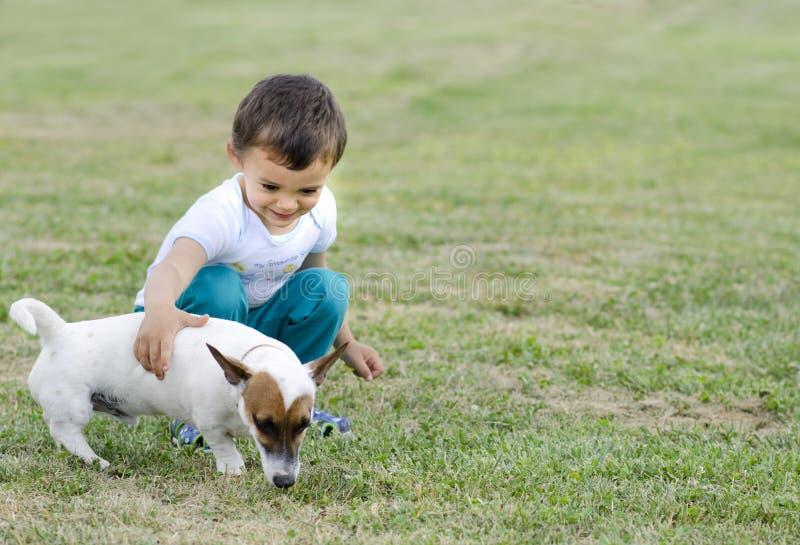 Gullig pojke och hund fotografering för bildbyråer