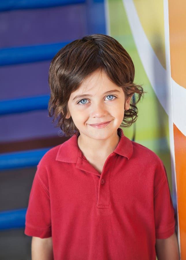 Gullig pojke som ler i dagis royaltyfria bilder