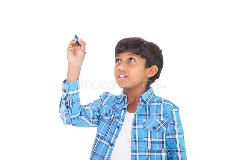 Gullig pojke som ler och skriver royaltyfria bilder
