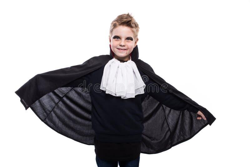 Gullig pojkeuppklädd som vampyren för det halloween partiet royaltyfri fotografi