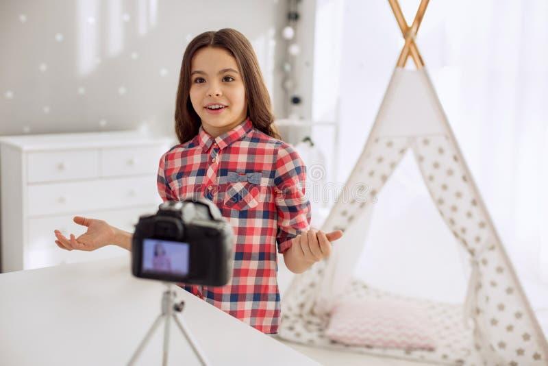 Gullig pre-tonårig flickainspelningfråga-och-svar vlog royaltyfri bild