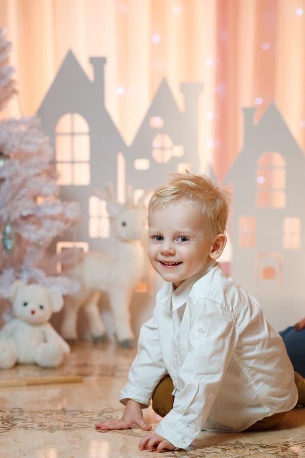 Gullig pys för blont hår nära hus för julleksakpapper arkivfoto