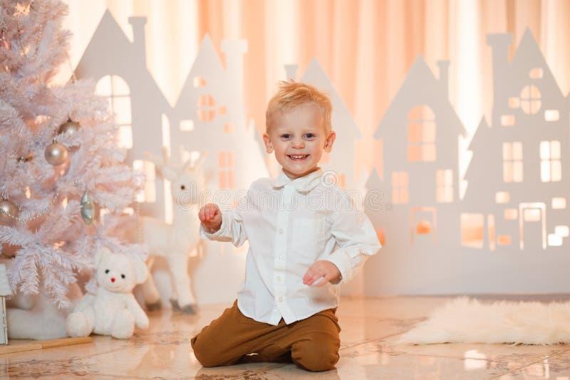 Gullig pys för blont hår nära hus för julleksakpapper arkivbild