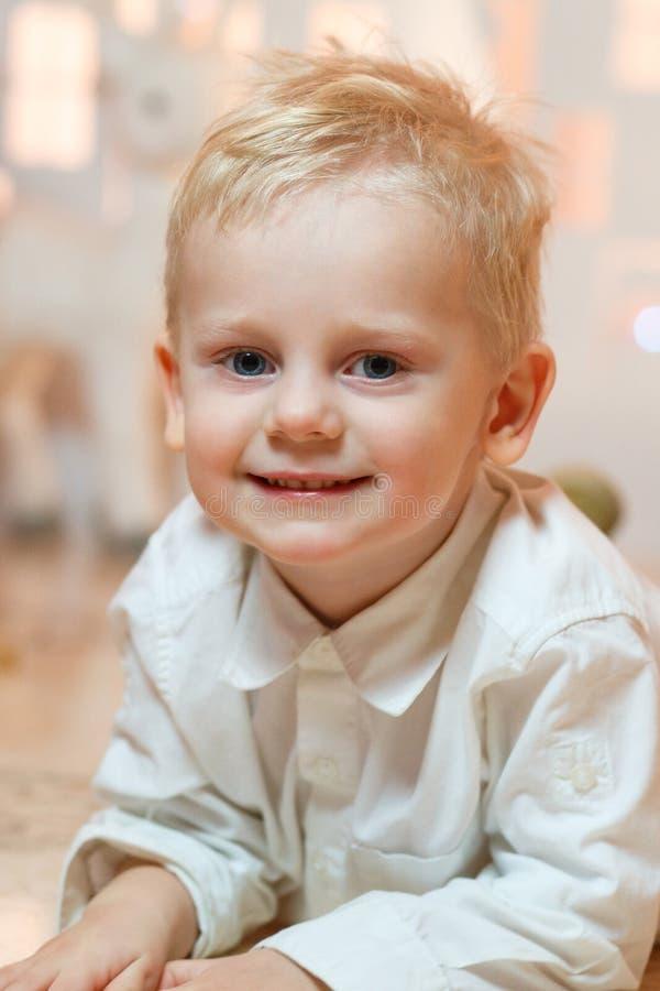 Gullig pys för blont hår nära hus för julleksakpapper royaltyfri fotografi