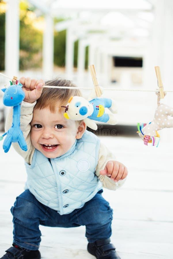 Gullig pys i blått med leksaker arkivfoton