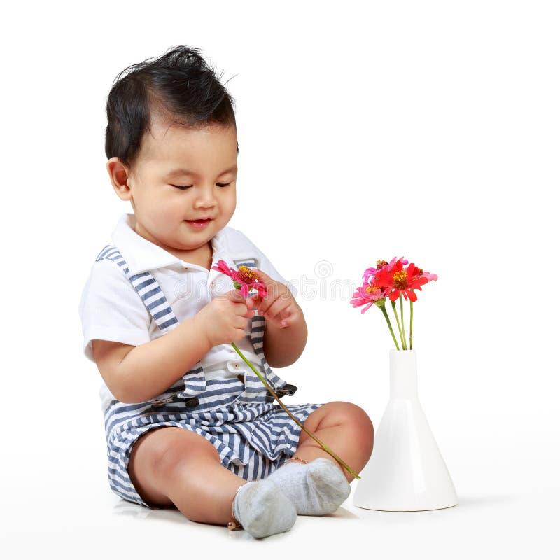 Gullig pys med den härliga blomman royaltyfri fotografi