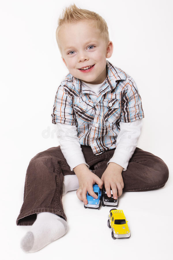 Gullig pys som leker med hans Toys arkivfoton