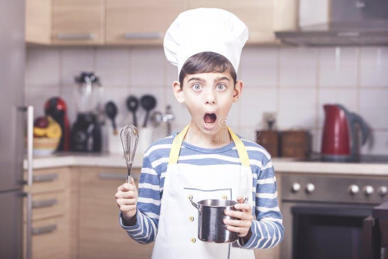 Gullig pyskock i köket fotografering för bildbyråer