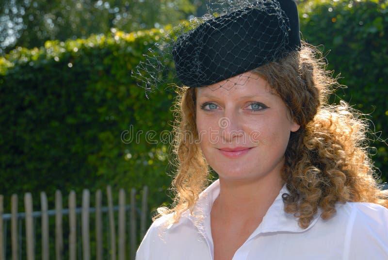 gullig redhead för femtiotalhattpillerask arkivfoto