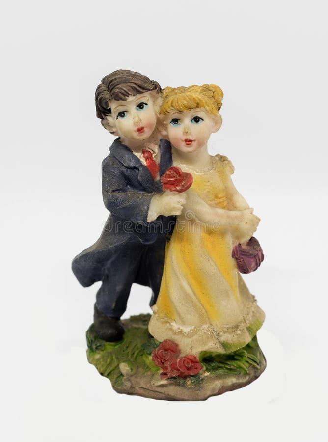 Gullig romantisk dansa förälskelse kopplar ihop statyförebildutställningsföremålet royaltyfri fotografi