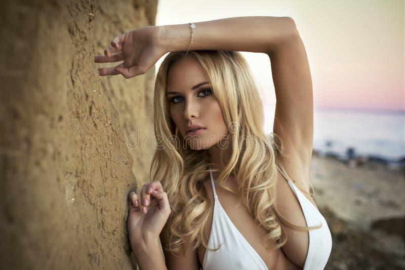 Gullig sexig blond kvinna arkivbilder