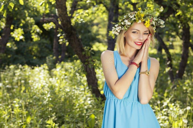 Gullig sexig ursnygg caucasian kvinna i sinnlig klänning på flickor p royaltyfri fotografi