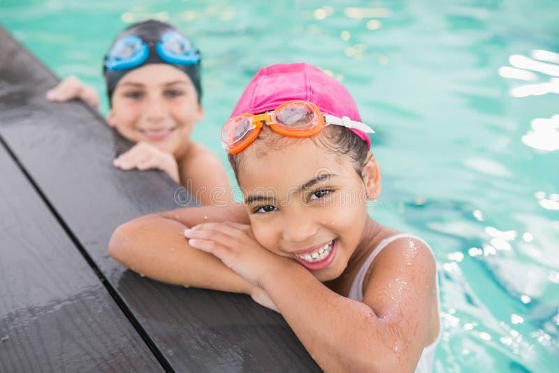 Gullig simninggrupp i pölen royaltyfria bilder
