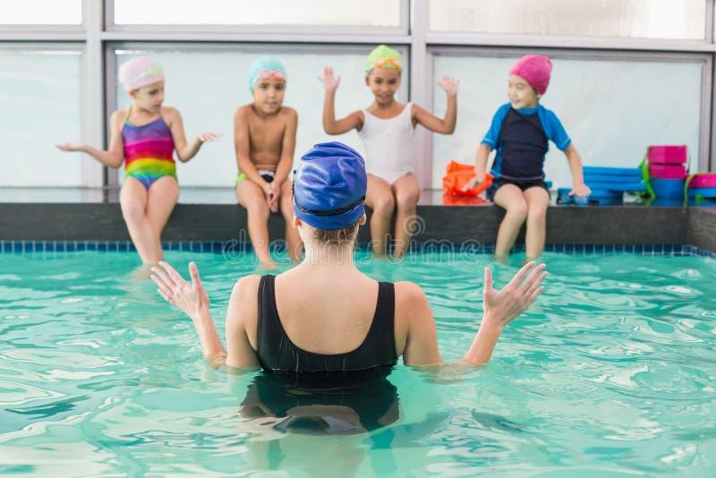 Gullig simninggrupp som håller ögonen på lagledaren royaltyfri bild
