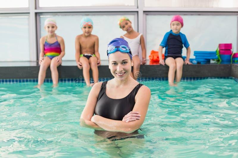 Gullig simninggrupp som håller ögonen på lagledaren fotografering för bildbyråer