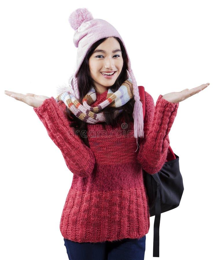 Gullig skolflicka i vinterkläder royaltyfri bild