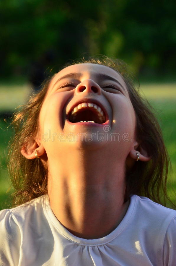 Gullig skratta liten flicka arkivfoto